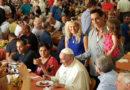 Papa Francisco chega de surpresa pra jantar com os pobres